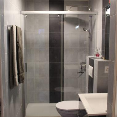 Salle de bain en suite de la chambre